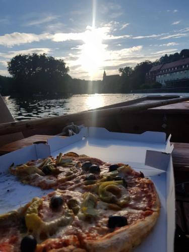 Pizza auf dem Stocherkahn